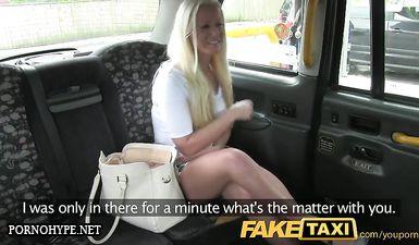 Блондинка с большой грудью сосет длинный член таксиста перед сексом на заднем сиденье в качестве оплаты за проезд