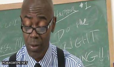 Студентка с большой грудью соблазняет чернокожего педагога и наслаждается межрасовым сексом с большим членом в учебной аудитории