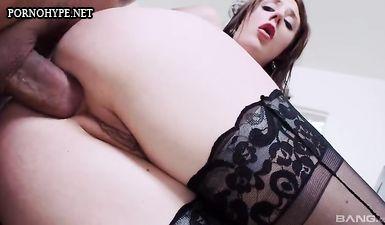 Бабенка с натуральными сиськами вырядилась для бурного анального секса с жеребцом