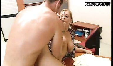 Помог расслабиться блондинке с большими сиськами и трахнул ее в задницу на рабочем столе