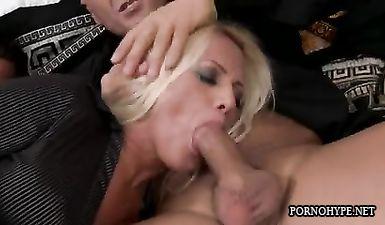 Блондинистая домохозяйка в чулках черного цвета стонет и вскрикивает от двойного проникновением на диване