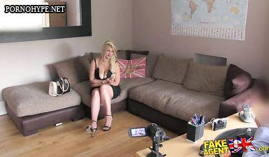 Начальник записывает приватное видео на любительскую камеру с будущей секретаршей в своем кабинете