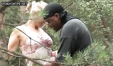 Блондинистая мама с большой грудью перепихнулась с чернокожим парнем в лесу на любительскую камеру