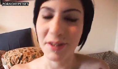 Брюнетка с пирсингом на лице делает минет большому члену перед сексом на любительскую камеру