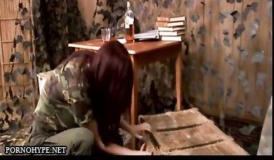 Командир американского госпиталя заставляет подчиненную выпить стакан виски, а потом наказывает ее поркой
