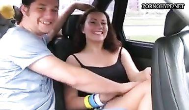 Мастера пикапа снимают оральный секс с грудастой брюнеткой в салоне автомобиля