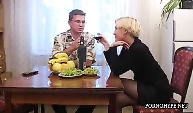 Блондинистая мама с короткой стрижкой соблазняет молодого парня в очках на секс