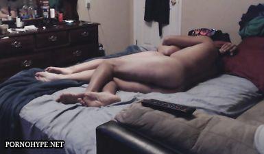 Жена кувыркается с любовником раком и в позе наездницы на кровати, не зная о скрытой камере