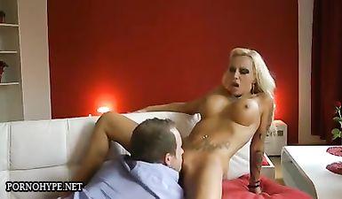 Блондинка с большой грудью добывает сперму, яро онанируя рукой длинный член после бурного секса на диване