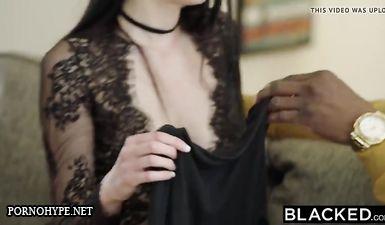Худая брюнетка громко кричит и стонет во время анального секса на кровати с чернокожим атлетом