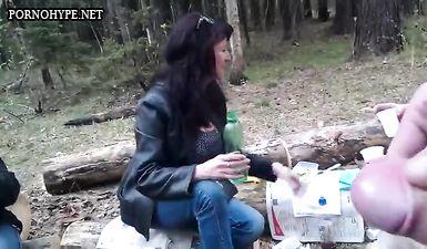 Мужик онанирует большой член на камеру, записывая приват на пикнике