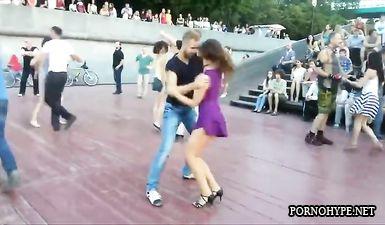 Русская девушка в коротком платье светит аппетитной попкой во время танца на улице