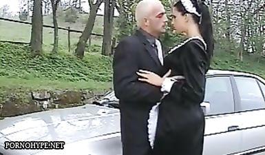 Прислуга в чулках и униформе отсасывает у хозяина особняка перед анальным сексом на улице