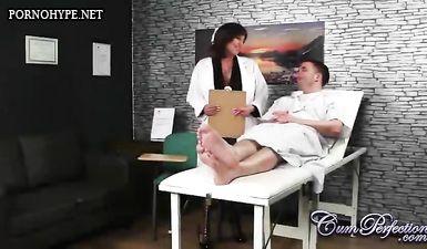 Докторша с большой грудью отсасывает у пациента и подставляет лицо под брызги спермы