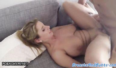 Спортивная блондинка сосет большой член перед сексом на диване после утренней пробежки