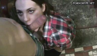Нашел в подъезде пристегнутую молодую сучку и трахнул ее рабочий рот от первого лица