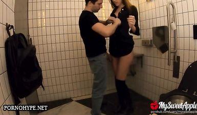 Ненасытная сучка трахается со своим парнем в различных публичных местах