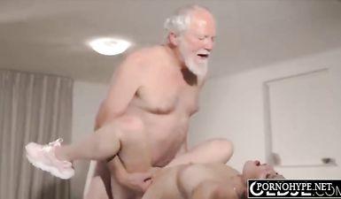 Озабоченный дед трахает раком в пизду свою симпатичную внучку