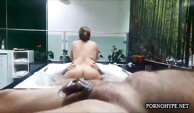 Жена скачет на члене любовника в джакузи, пока муж с поясом верности