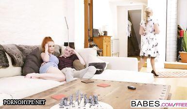 Зрелая блондинка соблазнила дочь и ее парня на ЖМЖ перепихон