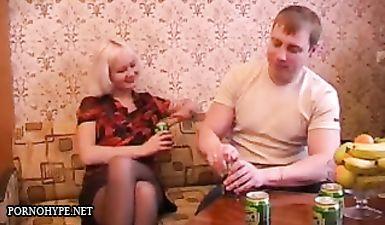 Русская блондинка немного выпила и раздвинула стройные ножки перед ебарем