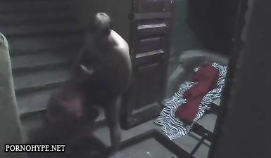 Мужик отлизал пизду телки в подъезде и присунул в ее глотку член