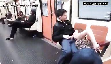 Шалашовка глубокого сосет хуй парня прямо в вагоне метро