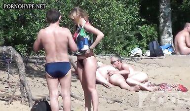 Чувак снимает, как мужик теребит пизду толстухи на нудистском пляже