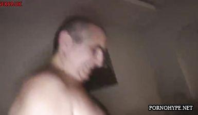 Толстый мужик получает двойной минет от двух молодых красавиц