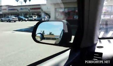 Шикарная брюнетка сосет хуй в машине от первого лица