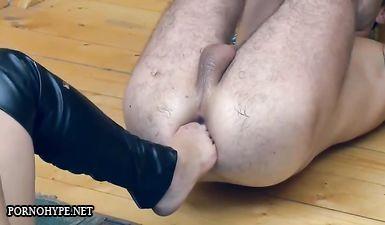 Русская госпожа засовывает кулак в анус мужика