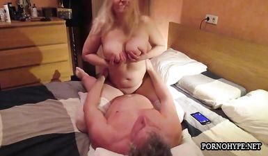 Зрелый муж трахает пухлую жену блондинку в чулках