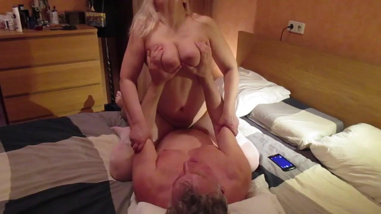 Зрелый муж трахает пухлую жену блондинку в чулках - порно видео на ...