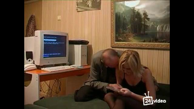 Отец трахает дочь на кровати русское порно