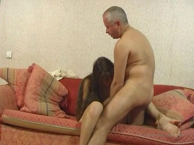 Отец трахает дочь в ванной комнате