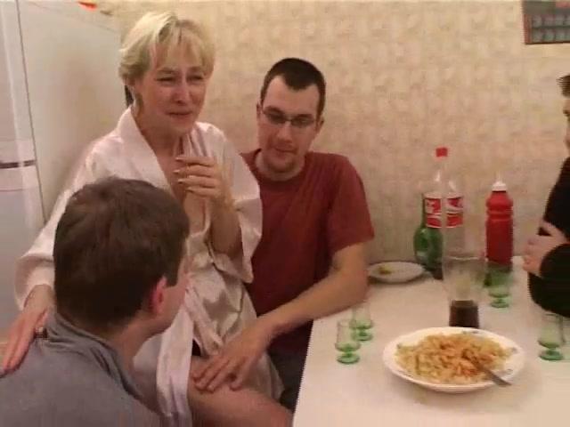 Порно видео сын трахнул мать с друзьями