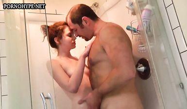 Отец зашел в дочке в душ и трахнул ее там