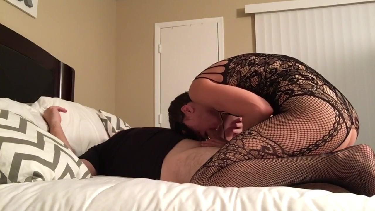 Шлюшка в нижнем белье отсасывает - порно фото