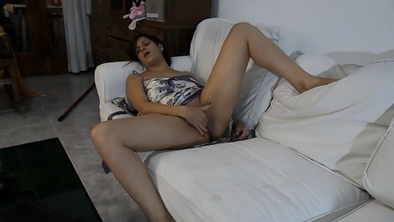 Смотрит эровидео и мастурбирует