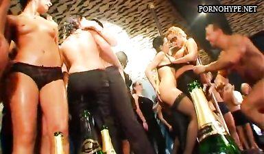 Порно вечеринка с массовой еблей пьяных телок