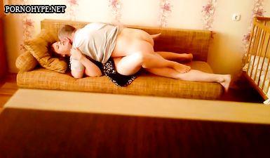 Обычный домашний секс зрелых супругов дома на диване
