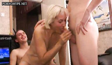 Пока муж трахает жену в жопу, его друг лижет ей пизду