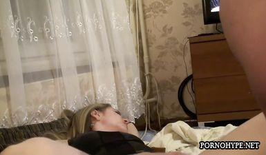 Бурно кончает прыгая на члене домашнее — photo 7