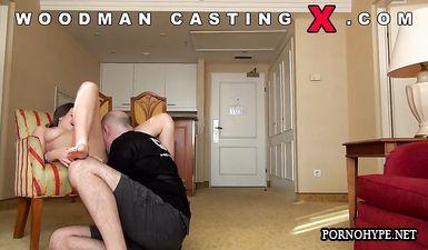 Вудман трахает в жопу брюнетку Дашу на порно кастинге