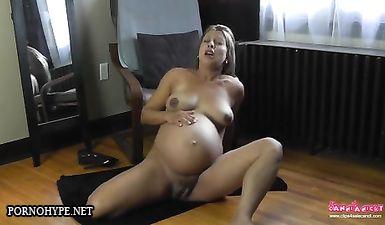 Беременная с черным сосками пытается мастурбировать