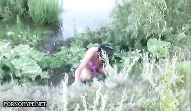 Две пьяные девки ссут на берегу реки в крапиве