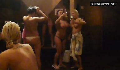 Пьяные русские бабы танцуют голыми в сауне Ростова