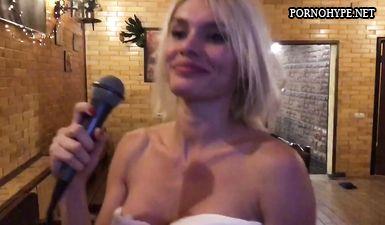 Сексуальная блондинка поет голая в сауне, муж снимает на телефон