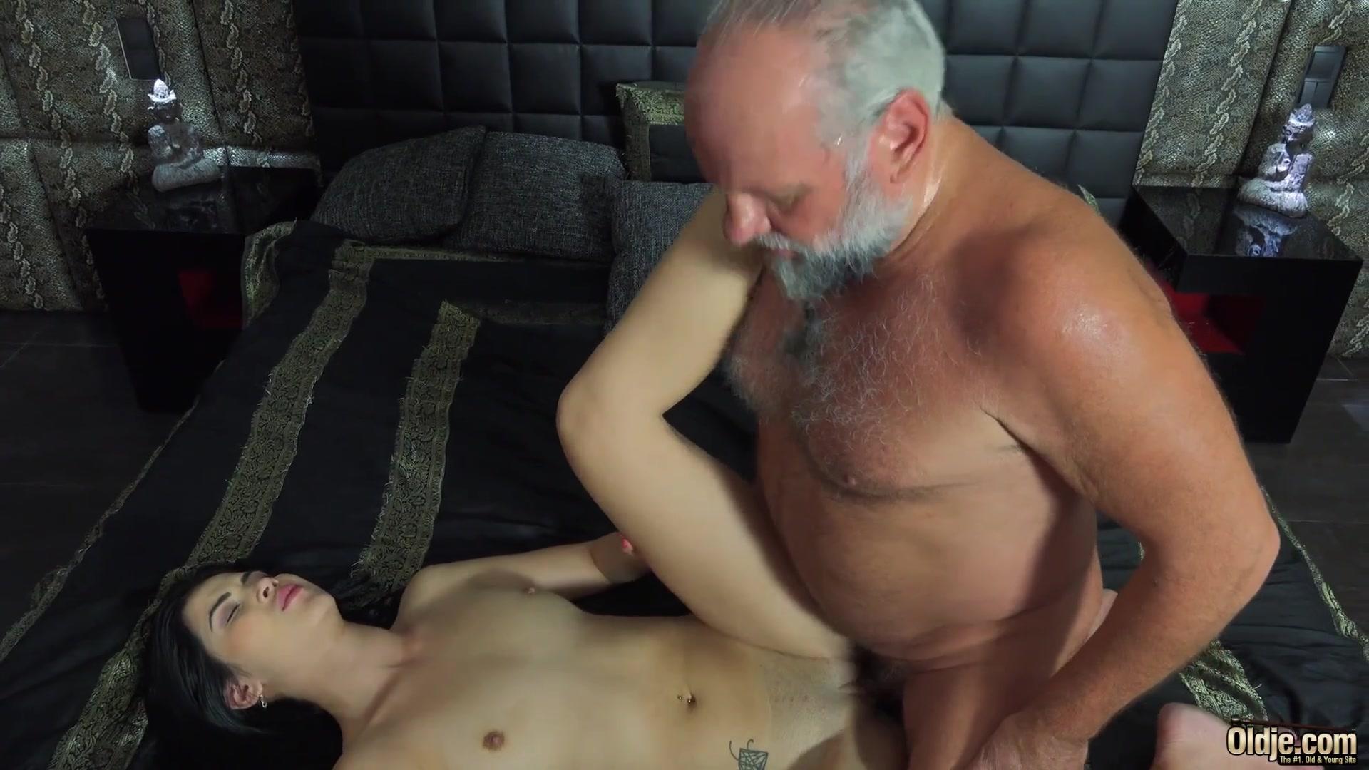 Порно дед и брюнетка