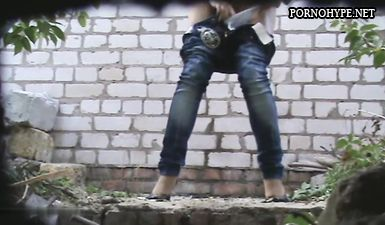 Вуайерист снял скрытой камерой как женщина писает в парке